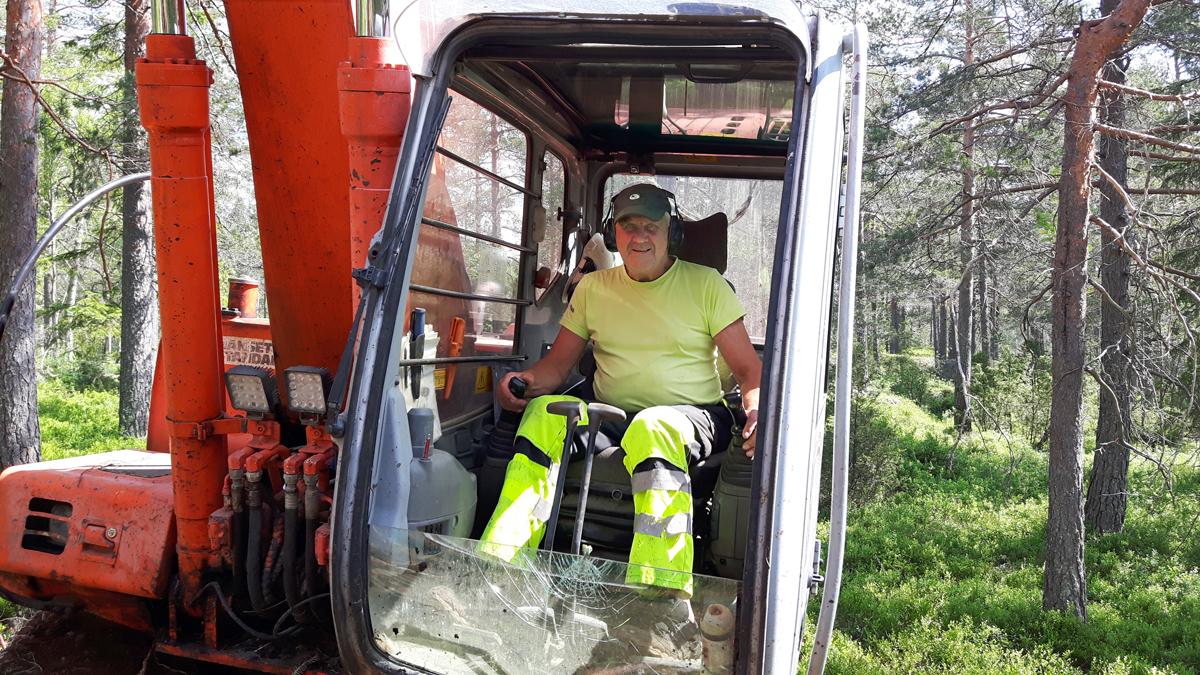 Olav Trydal fra Trydal Maskin har stått for arbeidet sammen med dugnadshjelp fra Grendelaget.