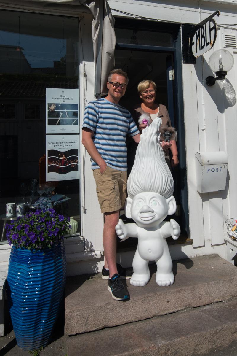Andreas Larsen og Asta Gautland Andersen i døra til Embla i Risør. Dette er eneste butikken i Risør hvor du får kjøpt lykketrollene.
